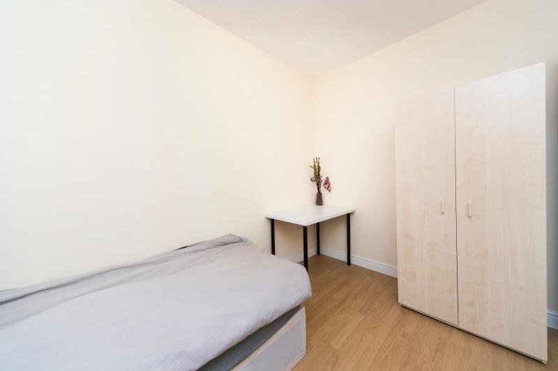 Una cama en un dormitorio con dos camas cerca del leyton - Dos camas en una ...