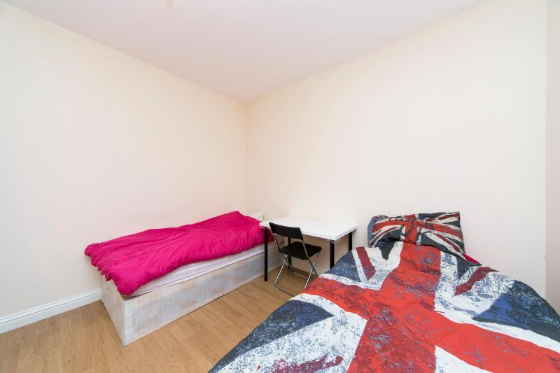Cama individual en habitaci n con dos camas individuales - Dos camas en una ...