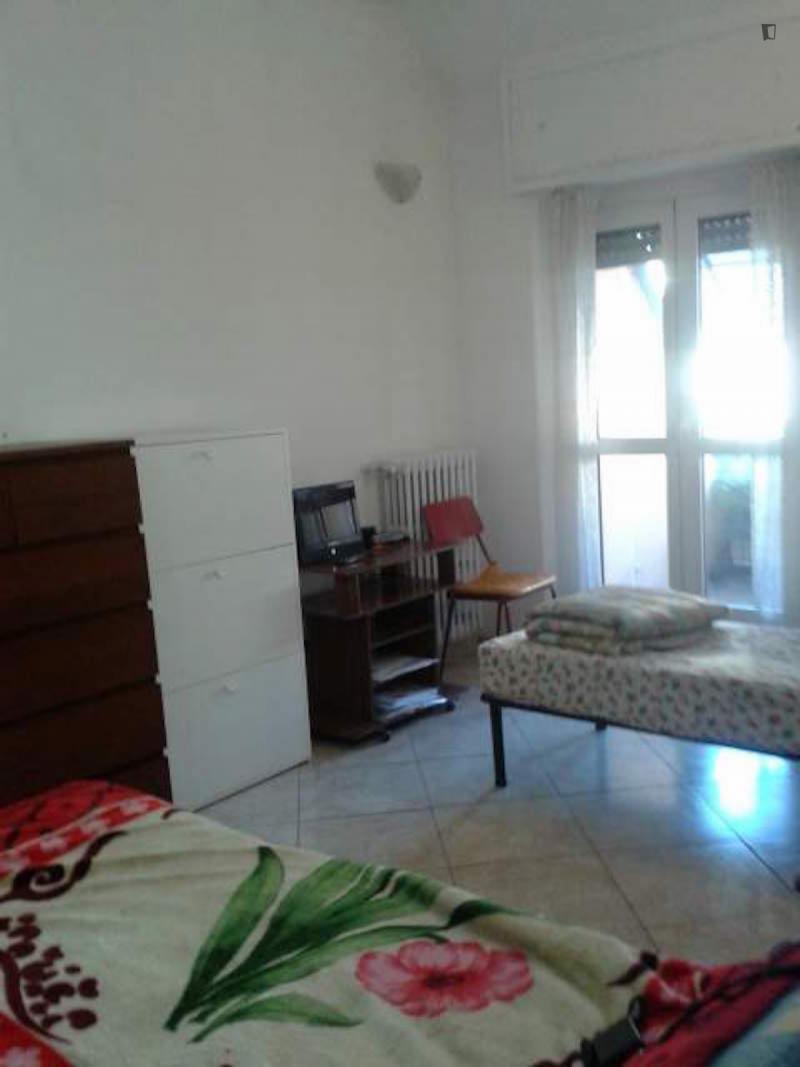 einem bett in zimmer mit zwei betten in 2 raumwohnung. Black Bedroom Furniture Sets. Home Design Ideas