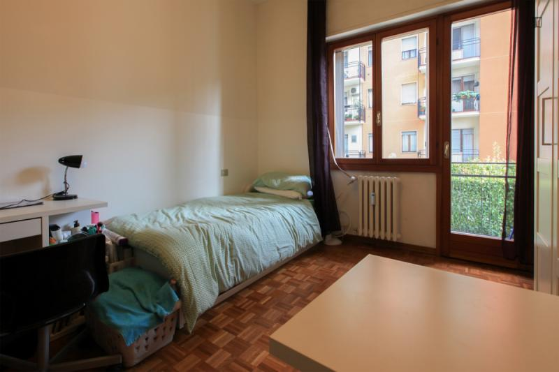 Chambre twin avec balcon dans un appartement de 2 for Chambre 0 decibel