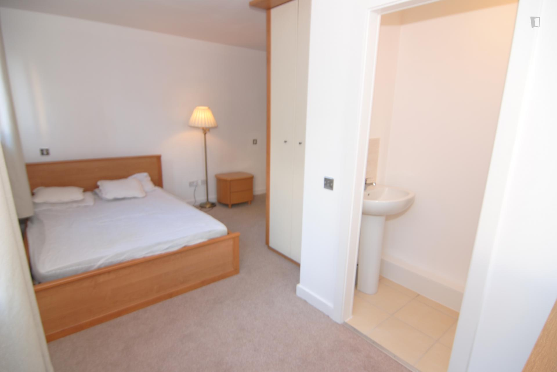 Luminous double ensuite bedroom near university of for Luminous bedroom