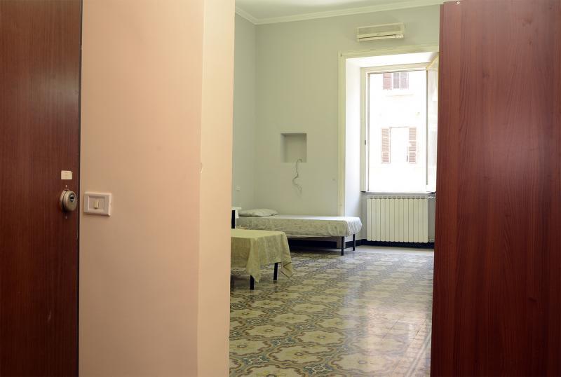 Cama individual en habitaci n con varias camas con ba o - Habitacion 3 camas ...