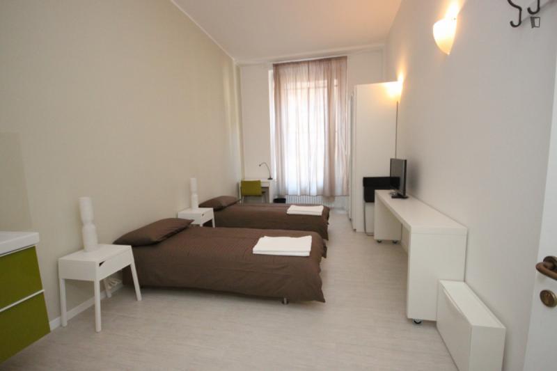 einem bett in zimmer mit zwei betten in 14 zimmer haus ref 56932 550 mit rechnungen. Black Bedroom Furniture Sets. Home Design Ideas