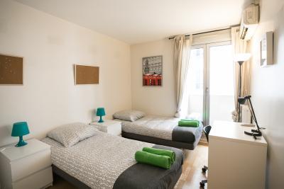 einem bett in zimmer mit zwei betten mit balkon in 2 raumwohnung ref 44017 400 mit. Black Bedroom Furniture Sets. Home Design Ideas