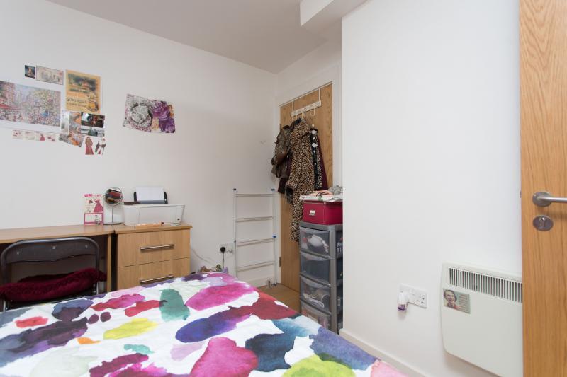 sch nes doppelzimmer mit bad schlafzimmer in der n he von psychology department university of. Black Bedroom Furniture Sets. Home Design Ideas